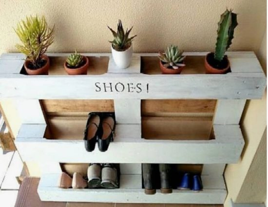 You are going to love these Pallet Shoe Rack Ideas and we have instructions  to show you how! Check out all the ideas now .